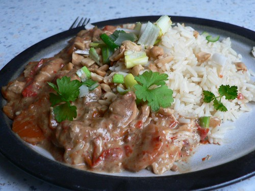 Chicken curry with scallions, peanuts and parsley