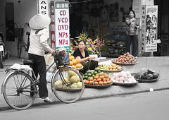 Doi Can, Ba Dinh, Hanoi (Sim-Sam) Tags: bicycle streetscene vietnam hanoi fruitseller basketlady