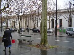 red umbrella (marisa ribeiro) Tags: paris palaisdetokyo