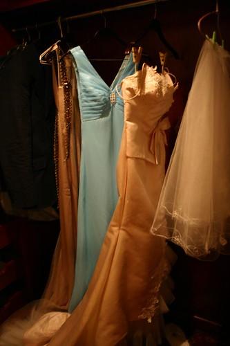 更衣室等待亮相的禮服們