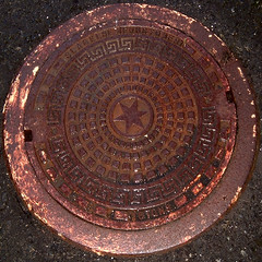 Slagelse Jernstberi (Jan Egil Kristiansen) Tags: wet metal star rust iron manhole manholecover faroeislands kumlokk 16tons jern froyar hoyvk mancover vtt dscf3931 slagelsejernstberi marianstar