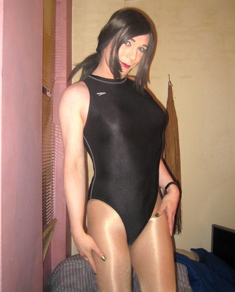 Купальниках трансвеститы в
