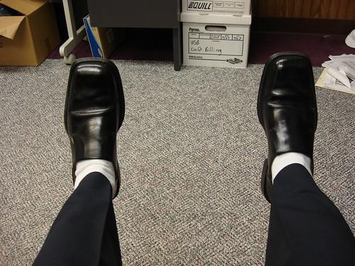 穿白袜子会将深色裤子与深色鞋子的颜色隔离