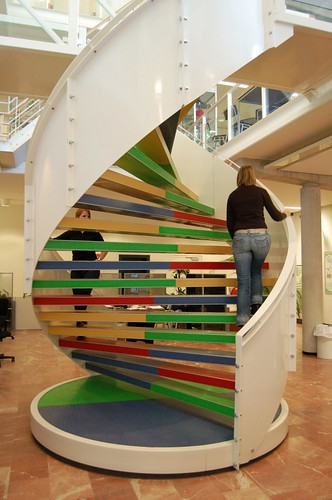DNA stairs @ Hanze University Groningen. צילום: Frank de Kleine's. מתוך: flickr