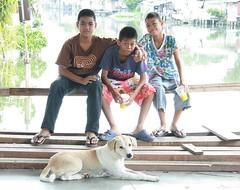 boys and their dog (the foreign photographer - ฝรั่งถ่) Tags: three boys sitting rail dog khlong thanon portraits bangkhen bangkok thailand canon kiss 400d