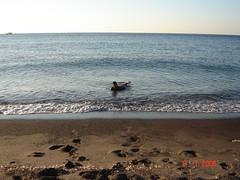 Bermandi-Manda Di Pantai Perissa, Pulau Santorini, Greece