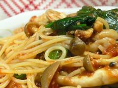 キノコとほうれん草のトマトソーススパゲティ