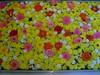 Flors surant sobre aigua