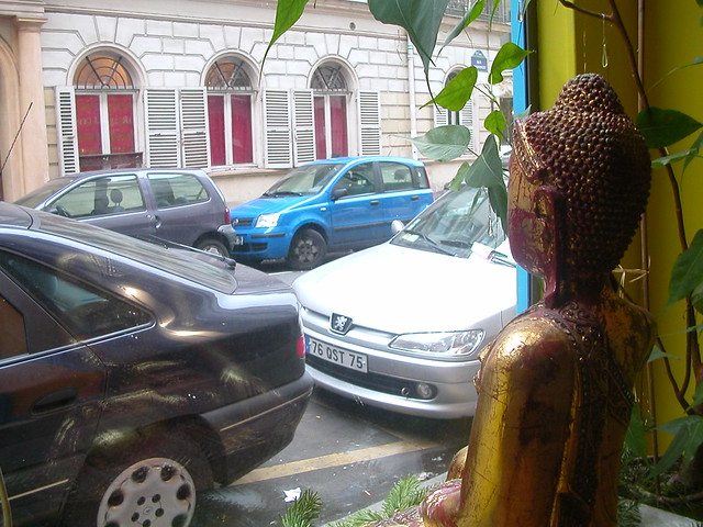 Le Centre Bouddhiste de l'Ile de France, à Paris.  En regardant la rue Condorcet.aris Buddhist Centre   looking out 2