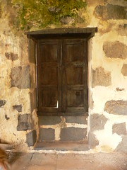 Ventana antigua  / Old window (Marianne Perdomo) Tags: old houses window grancanaria ventana wine canarias antiguas bodega monte casas canaryislands cellar casascanarias safe200