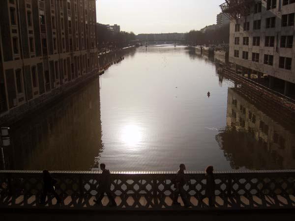 Vue sur le bassin de la Villette depuis le pont Levant