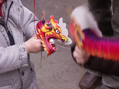 paper dragon (Mamluke) Tags: new uk england blur london festival paper children toy pig play dragon time britain year chinese trafalgar trafalgarsquare chinesenewyear accordion parade celebration londres pearl date papel february papier ao jahr spielzeug carta jouet juguete 2007 jaar anno anne yearofthepig mamluke paperdragon speelbal sciocchezzuola