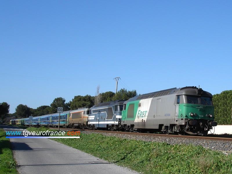Deux BB67400 acheminent le train Corail Téoz 4653 sur la ligne de la Côte Bleue.