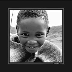 Rendez-vous au bord d'un puits (KraKote est KoKasse.) Tags: africa portrait southafrica fille sourire lesotho noirblanc afrique krakote nefanch neyann nedeclicjardin nehayet forcont wwwkrakotecom valeriebaeriswyl