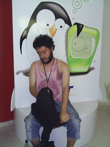 Com o pingüim do INdT
