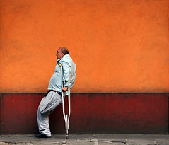 Da 258 . Coyoacn . Voluntad (WakamouL) Tags: street red orange color colour tree mexico arbol calle rojo oldman coyoacan naranja crutch muleta gp fivestarsgallery adultomayor colorescolours ltytrx5 ltytr1 dflickr230307 gpcomgentesociedad