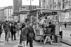 Milano - Novembre 2016 (Maurizio Tattoni....) Tags: italy lombardia milano piazzaduomo bn bw blackandwhite biancoenero monocrome leica ambulante venditoreambulante persone mauriziotattoni