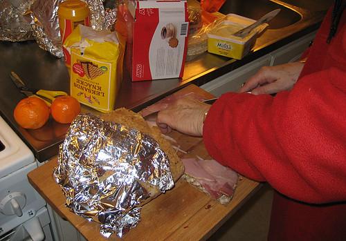 13:59 - lunch: skinka på knäckebröd, pepparkakor med ädelost, clementin och te