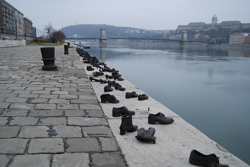 בודפשט, אנדרטה במקום בו נורו ונדחפו היהודים למי הדנובה