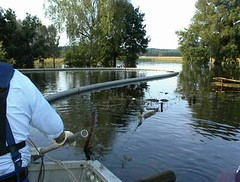 Einsatz 2002: Hochwasser in Laasche: Heizölaustritt - Bild 4 (umweltzug) Tags: boot hochwasser gewässer heizöl Ölbindemittel