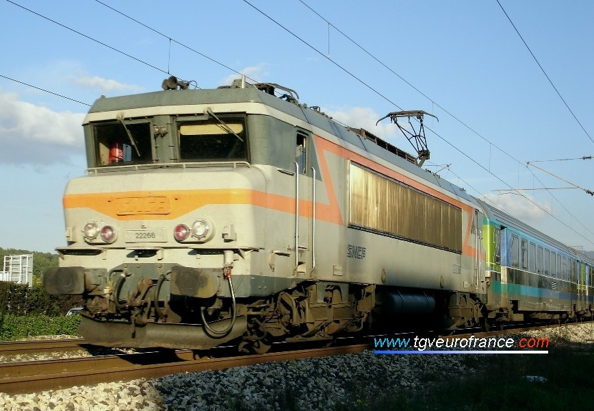 The BB22266 locomotive with its original livery hauling a Corail Téoz train on the Nice - Bordeaux line on 11 November 2005