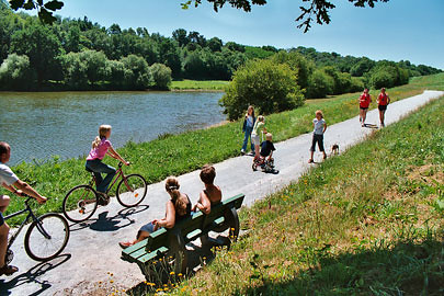 The cycle path along the banks of the River Oust, which between Rohan and Redon doubles up as the Nantes-Brest Canal. The canal path pictured here is a short ride out of the village of Guegon. Photo: Martin Selway