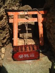 mini shrine  (woodkawasan) Tags: rock japan shrine small      thetorii