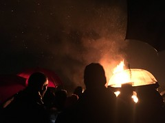 Chorley, United Kingdom (Shaun Smith-Milne) Tags: foule gens pleut parapluie feu royaumeuni angleterre 5november bonfirenight guyfawkesnight rain people crowd umbrella bonfire fire unitedkingdom england lancashire chorley