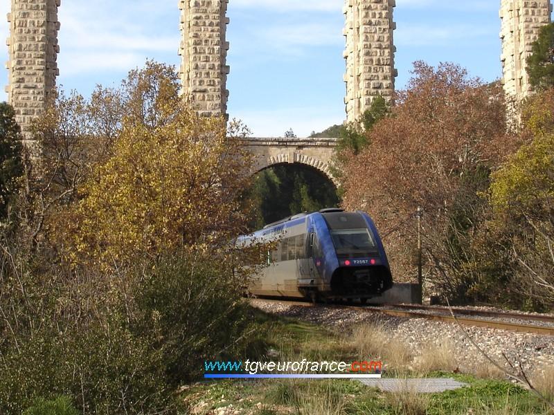 L'autorail thermique (X 72567 - X 72568) au passage sous l'aqueduc de Roquefavour