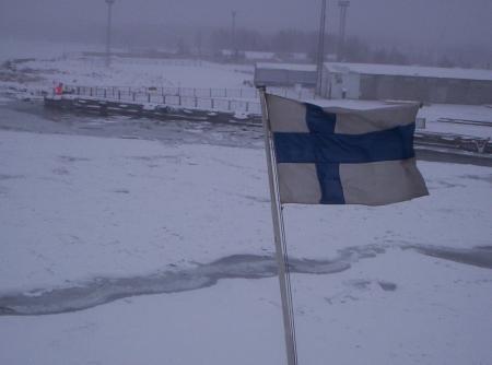 Popa y bandera finlandesa