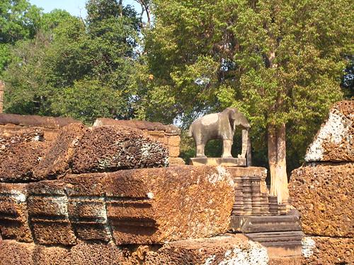 在吳哥遺跡常常在四角看到象的石雕
