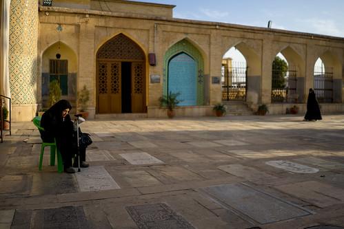 Iran - Shiraz - Mouring woman