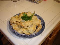Cuando las empanadas están al punto, sirven con chimichurri