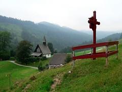 Ahornkapelle mit einer Kreuzwegstation