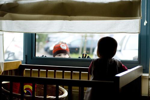 Kindje aan de raam