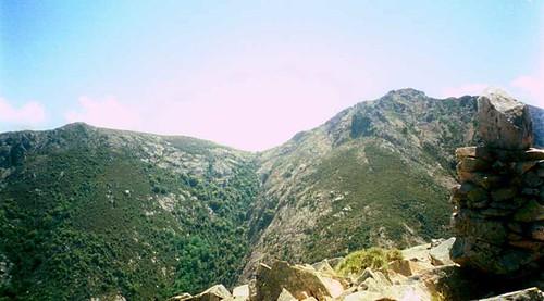 Du sommet de l'aiguille SE 1049 m: le cairn et Bocca a Femina Morta