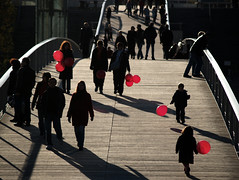 La vie en rose - color paris france wnwballoons pink beauvoir passerelle balloon streetphoto backlight bridge 2006