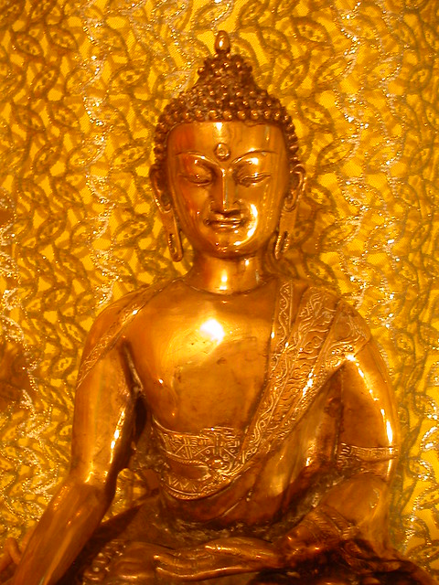 Le bouddha à l'autel du Centre Bouddhiste de l'Ile de France, à Paris 1