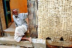 Old man, time passing - Madurai (Henk oochappan) Tags: city travel india canon eos asia madurai tamil tamilnadu southindia dravidian canoneos5d oochappan indianphotography tamilman tamillifeculture img5450dd maduraicitylife tamilmen tamilnadumen