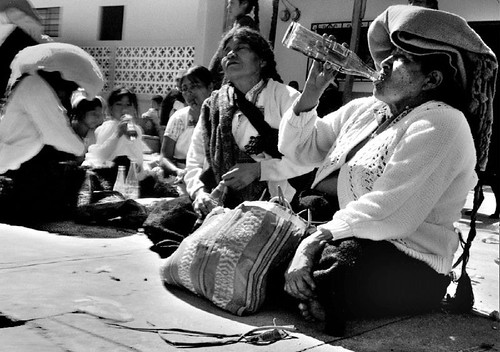 Mujeres tomando Coca Cola y pox como parte de una ceremonia con un curandero