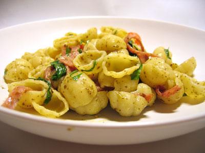 pasta med salami, spenat och pesto