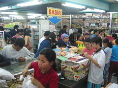 krupuk (Farl) Tags: indonesia food eat store sales crackers sidoarjo java action prawn commerce market storefront indonesiancustomers customers