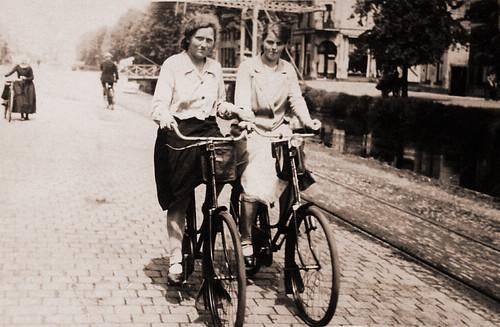 Oma Zylstra y una amiga montando en bici junto al canal