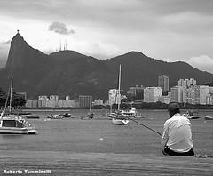 BARCOS, PESCADOR E O MAR (Boats, fisherman and the sea) (Tumminelli) Tags: pesacador baiadaguanabara barcos corcovado cristoredentor riodejaneiro fisherman boats brasil