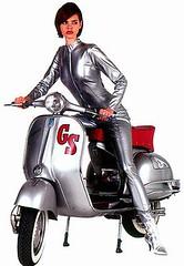Dit zien we graag, een stoere dame op een scooter....