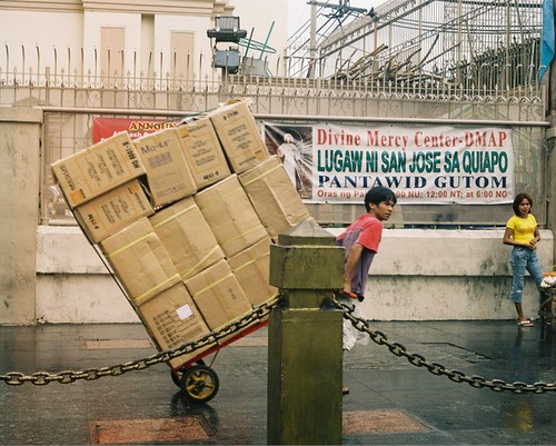 man piyon worker trolley sidewalk  Buhay Pinoy Philippines Filipino Pilipino  people pictures photos life Philippinen