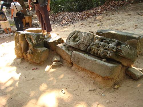 散落在旁邊的古蹟,而且觀光客就踩在上面。