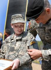 army ranger soldiers usarmy wwwarmymil waronterror14yearoldrileywoinaofplymouthconnleftbecameoneofthearmyÕsnewestrangersduringagraduationatfortbenningtodaycolmichaellinningtonunitedstatesarmyinfantryschoolsassistantcommandantpinnedhimwithacovetedr
