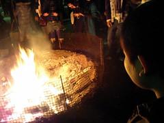 2007初詣 昨年の破魔矢を焼く