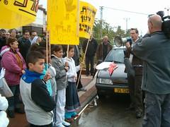 דב חנין בהפגנת התושבים ביהוד נגד האנטנות